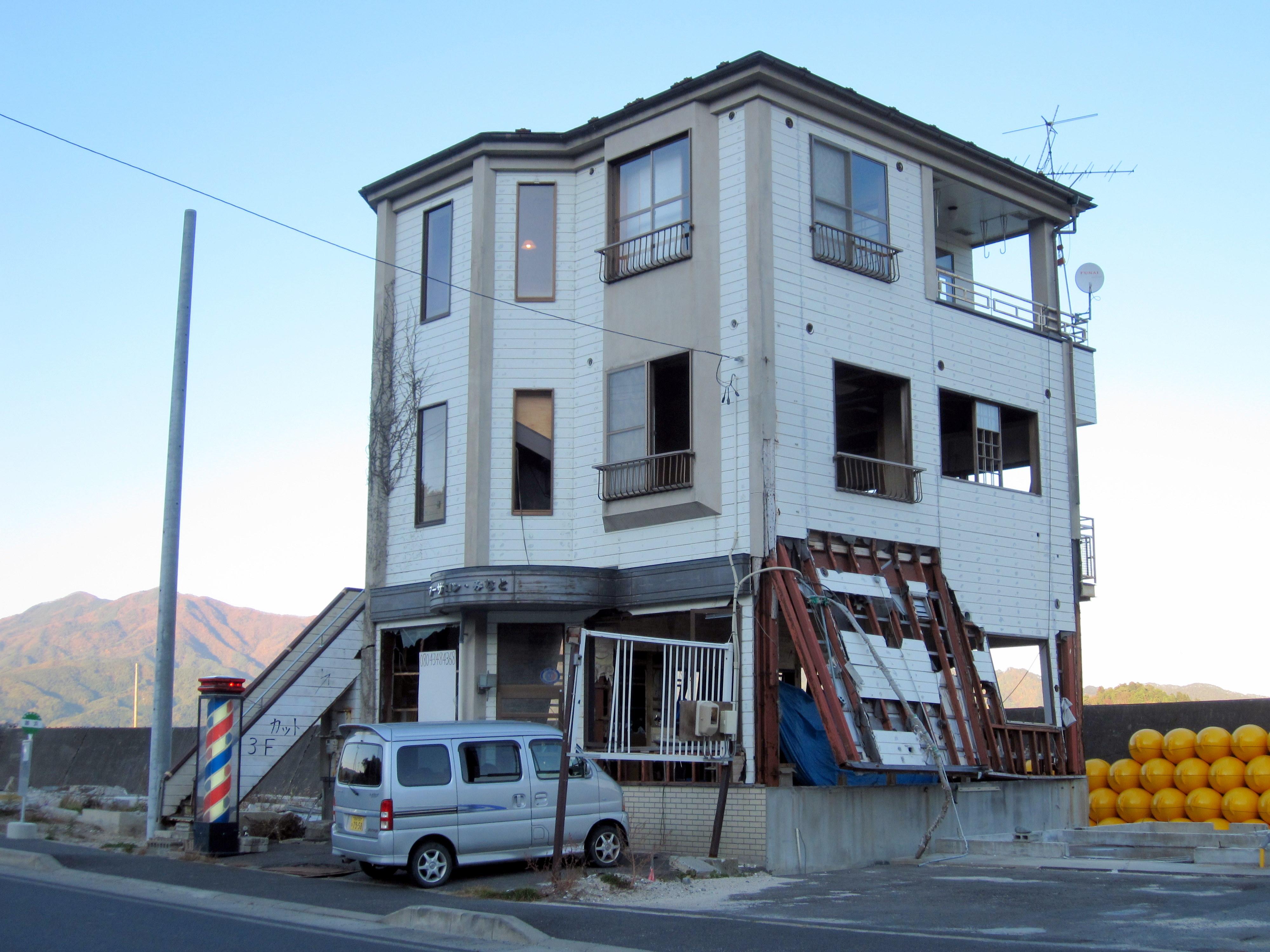 損壊した建物の3階に臨時店舗を設け、営業を続けるヘアーサロン.JPG