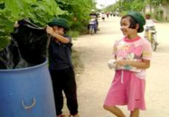 地域の清掃をする子どもたち